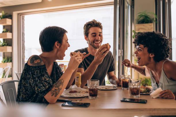 freunde chillen in einem restaurant - essen tattoos stock-fotos und bilder