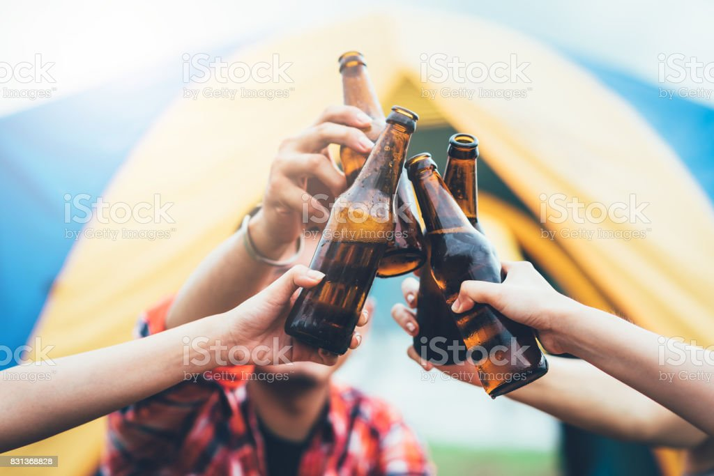 Freunde Klirren Flasche Bier – Foto