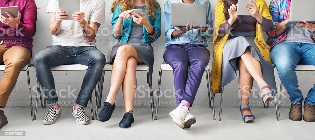Amigos de conexión de dispositivos digitales tecnología concepto de red - foto de stock