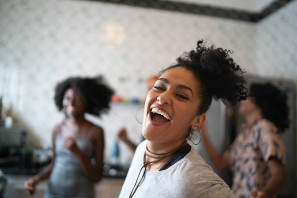 amigos que dançam e que têm o divertimento na cozinha - dançar - fotografias e filmes do acervo