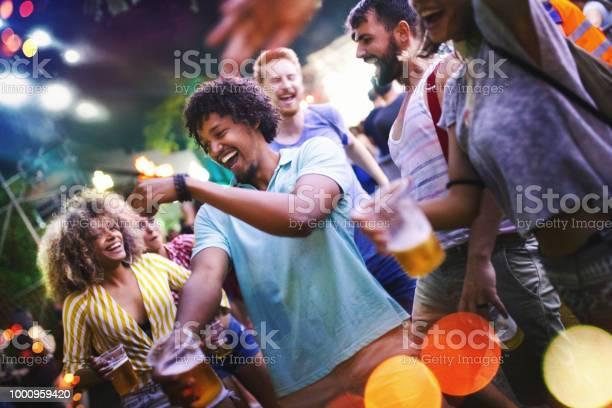 Friends dancing at a concert picture id1000959420?b=1&k=6&m=1000959420&s=612x612&h=lfgpbuqnrba61e 6 aubex2gazb1yqdgm5zgyvwpm3k=