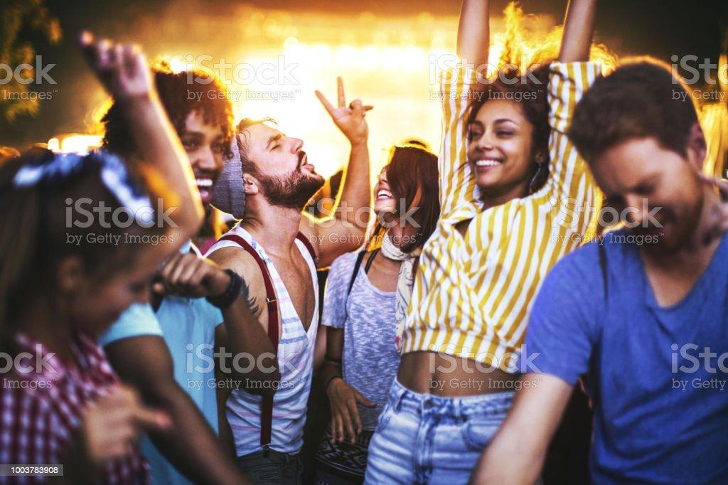 Freunde, Tanzen bei einem Konzert. – Foto