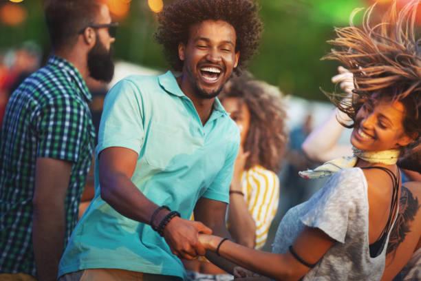 Freunde tanzen bei einem Konzert. – Foto