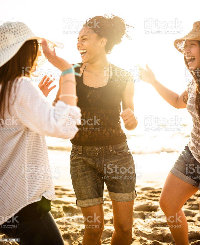 Freunde, Tanzen am Strand für eine party – Foto