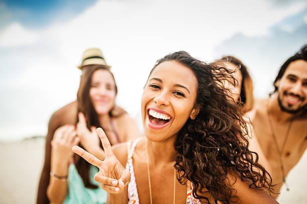 Amici ballare sulla spiaggia per un party - foto stock