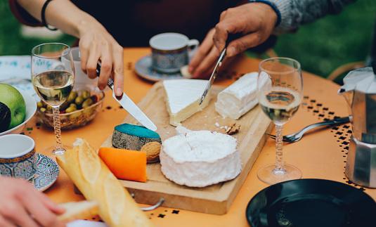 Foto de Amigos De Jantar No Subúrbio De Jardim De Paris e mais fotos de stock de Alimentação Saudável