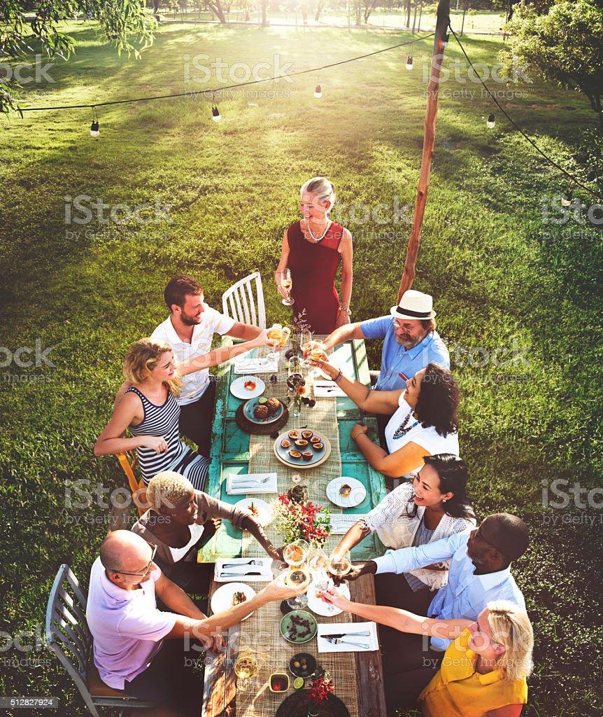 Amigos de comedor al aire libre naturaleza concepto de jardín - foto de stock