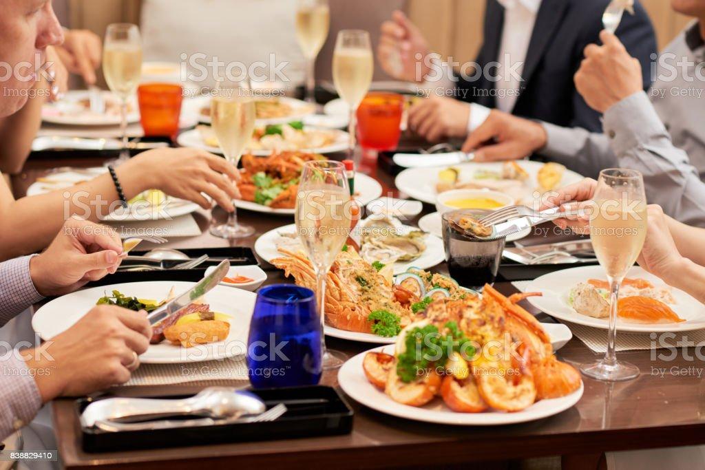 Amigos juntos de comedor - foto de stock