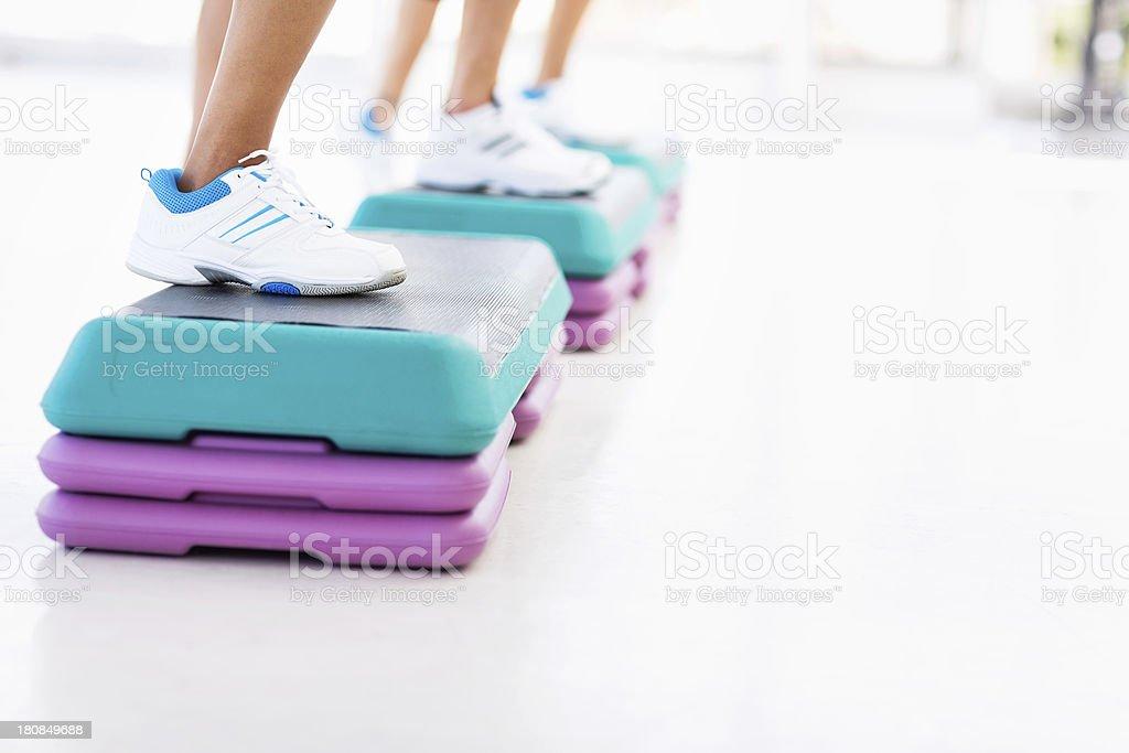 Amigos, fazer hidroginástica na academia de ginástica - foto de acervo