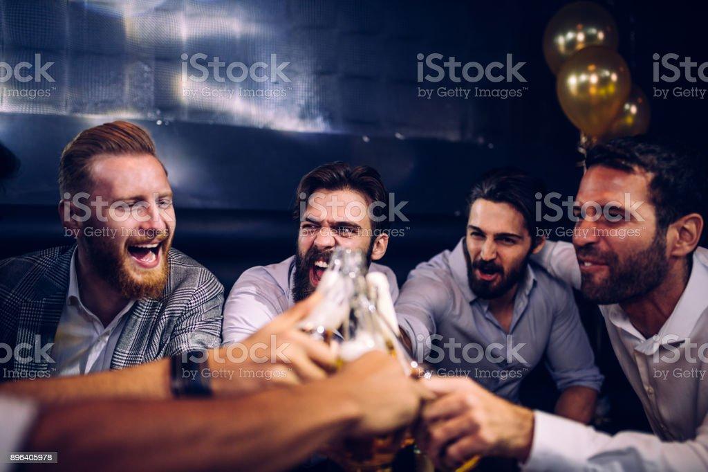 Freunde lassen nicht zu, dass sich Freunde trinken allein  – Foto