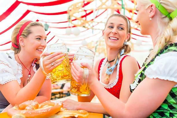 Freunde trinken bayerisches Bier Oktoberfest – Foto