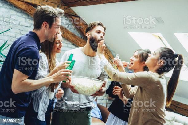 Vänner Dricka Öl Och Äta Pop Corn-foton och fler bilder på Alkohol