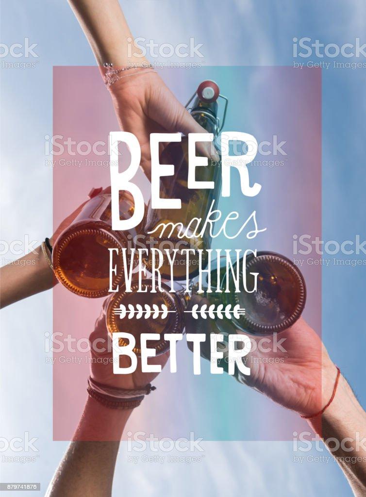 Friends drinking beer – zdjęcie