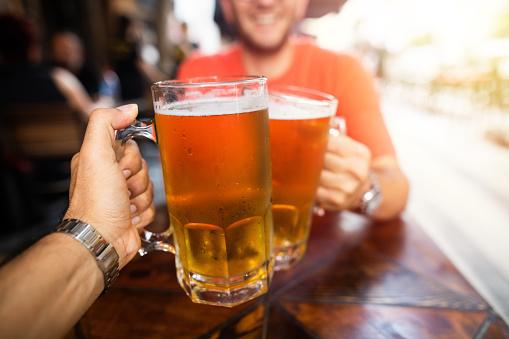 Friends Drinking Beer — стоковые фотографии и другие картинки Алкоголь - напиток