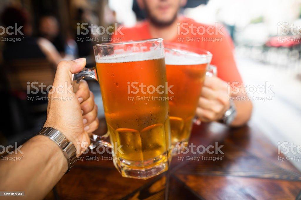 Vänner som dricker öl - Royaltyfri Alkohol Bildbanksbilder