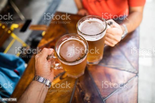 Friends Drinking Beer - Fotografias de stock e mais imagens de Adulto