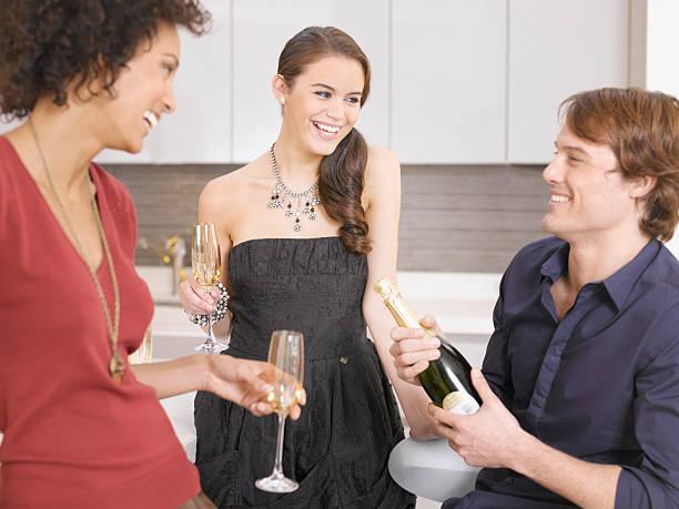 freunde trinken champagner party - jamaikanische party stock-fotos und bilder