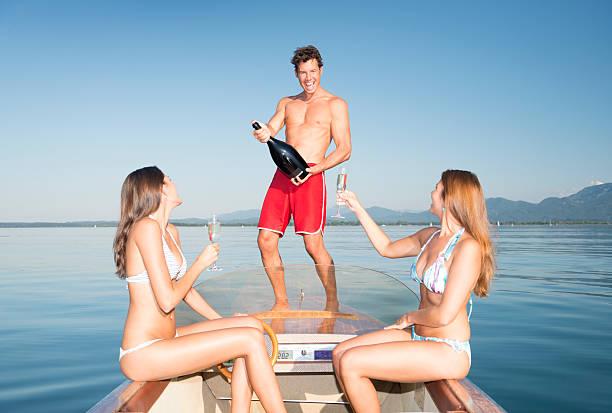 freunde trinken champagner auf einem boot party - bayerische brotzeit stock-fotos und bilder