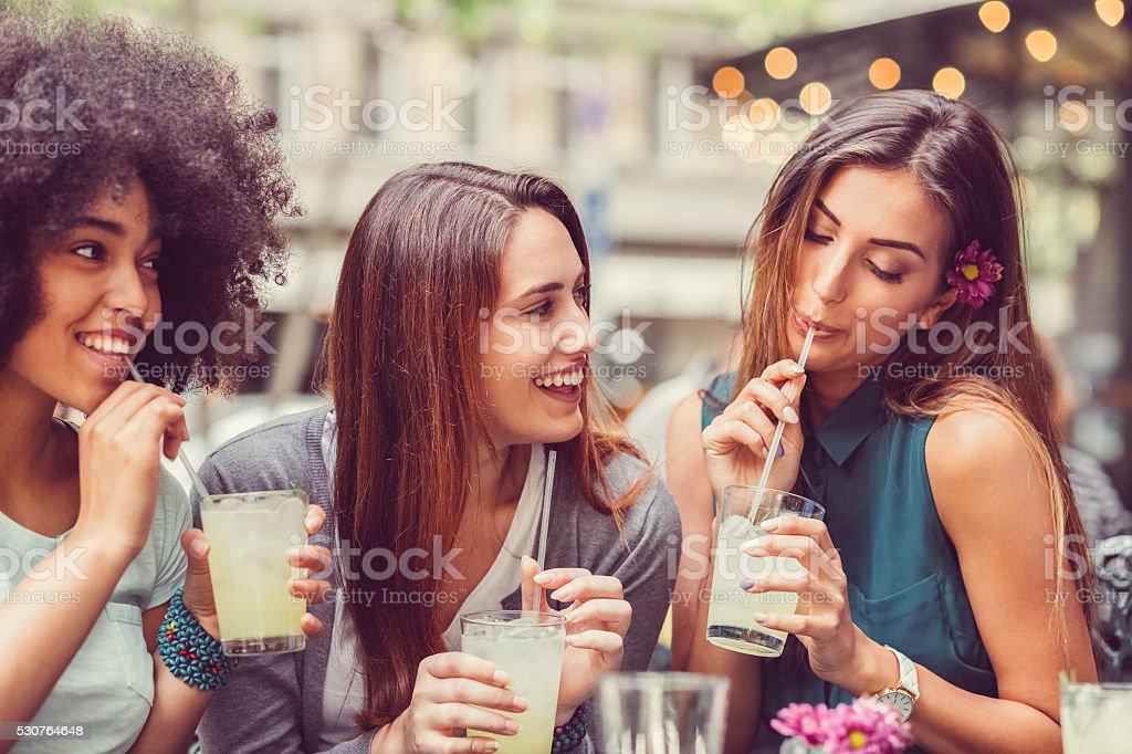 Freunde trinken cocktails zusammen – Foto