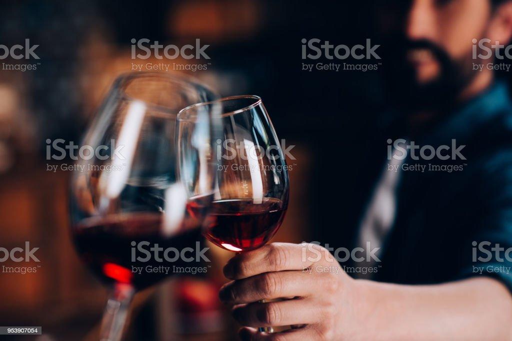 Freunde trinken Rotwein – Foto