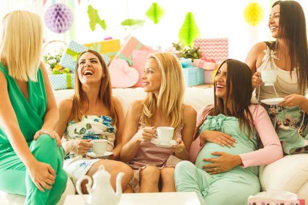 amigos bebiendo té en ducha del bebé fiesta - baby shower fotografías e imágenes de stock