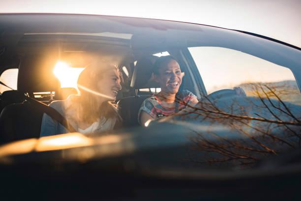 Freunde fahren mit einem Auto an einem sonnigen Tag – Foto