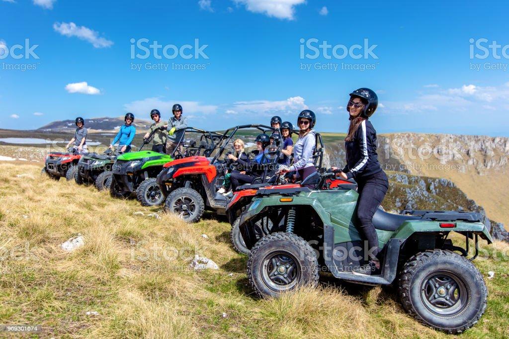 758bc5bea9 Fahren mit Quad oder ATV und UTV Fahrzeuge Offroad-Freunde Lizenzfreies  stock-foto
