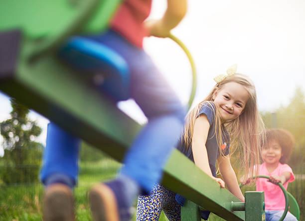 amigos durante el juego de aire fresco - patio de colegio fotografías e imágenes de stock
