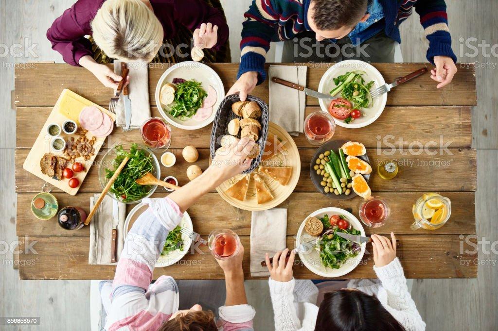 Vrienden eten op tafel foto