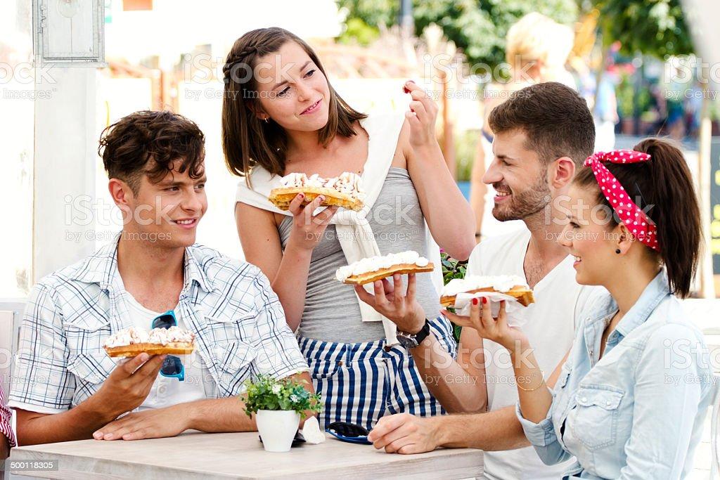 Przyjaciele jedzenie Deser – zdjęcie