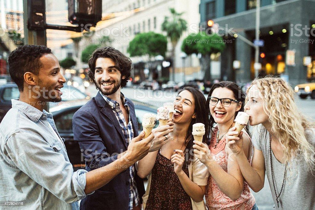 Amis manger de la crème glacée centre-ville de Los Angeles. - Photo
