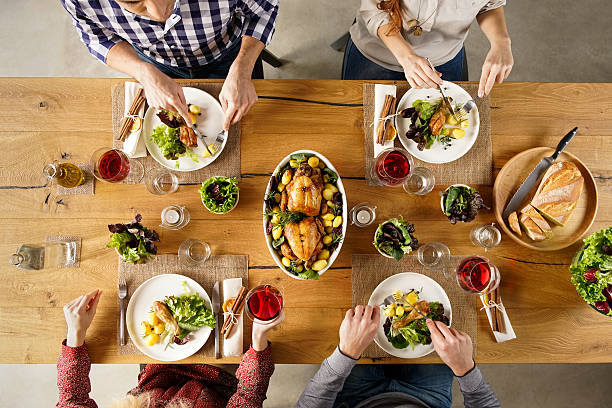 amigos comiendo - reunión familiar fotografías e imágenes de stock
