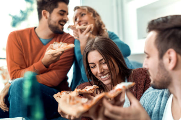 Amigos comendo pizza - foto de acervo