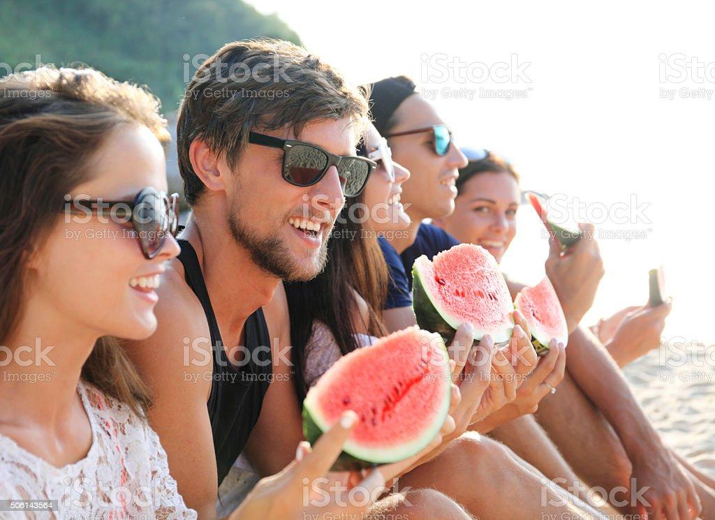 Freunde Essen Wassermelone am Strand – Foto