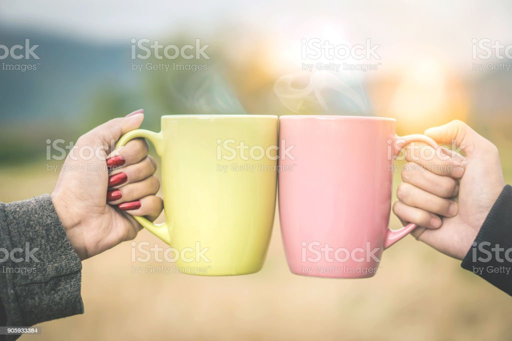 Freunde genießen Heißgetränk zusammen Jubel für zwei Tassen trinken – Foto
