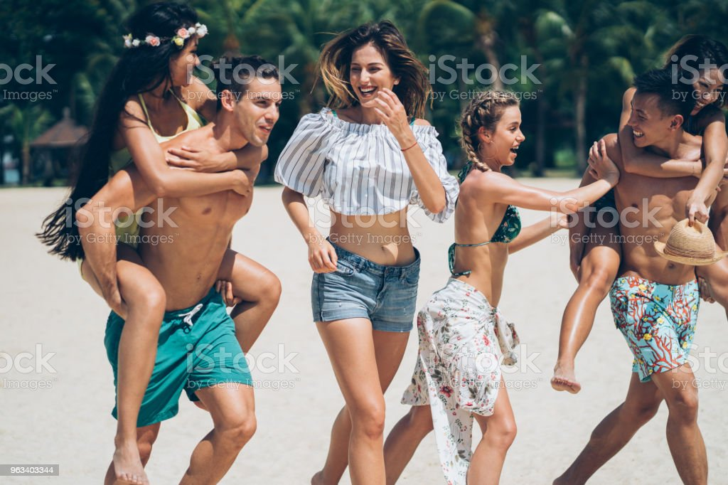 Friends enjoy the summer - Zbiór zdjęć royalty-free (20-29 lat)
