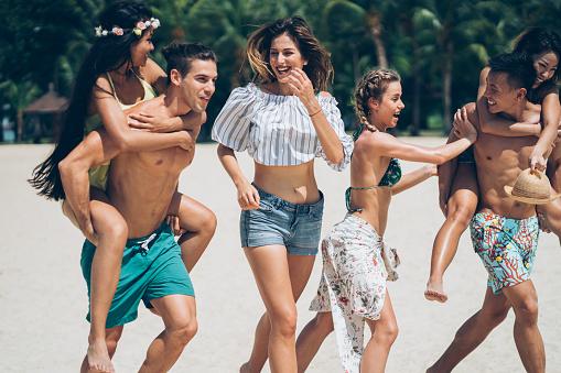 Friends Enjoy The Summer - zdjęcia stockowe i więcej obrazów 20-29 lat