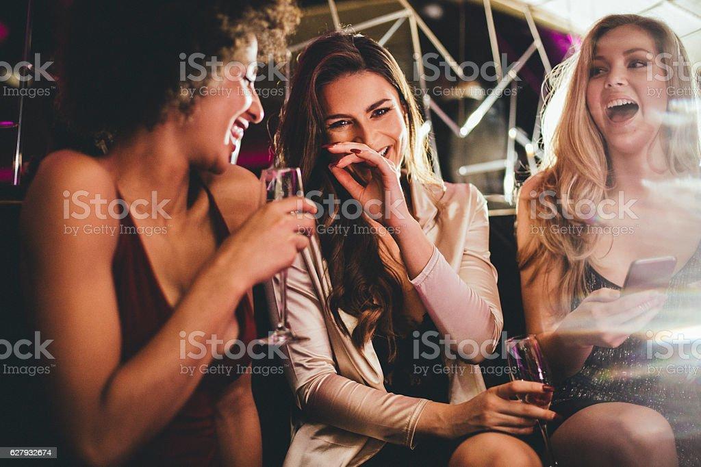 Freunde genießen einen Drink – Foto