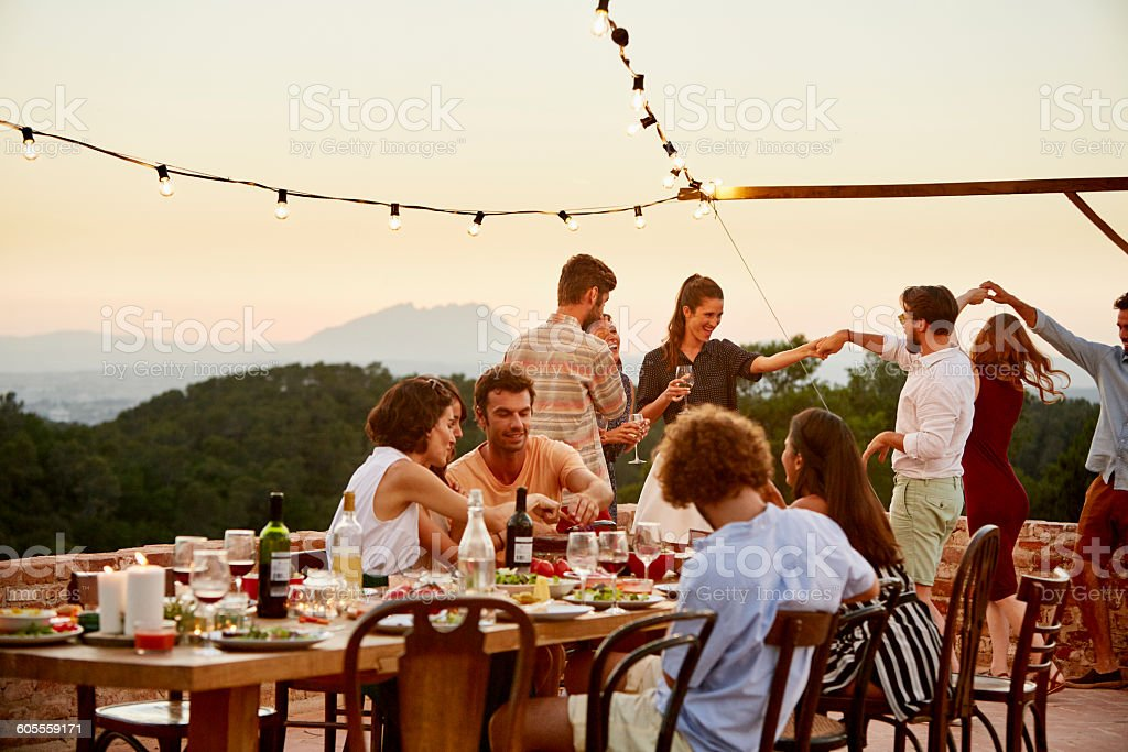Friends enjoying at patio during social gathering - foto de stock