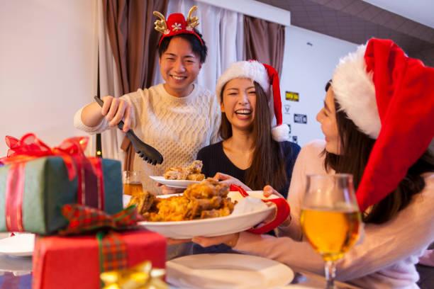 genießen sie weihnachten freunde - weihnachten japan stock-fotos und bilder