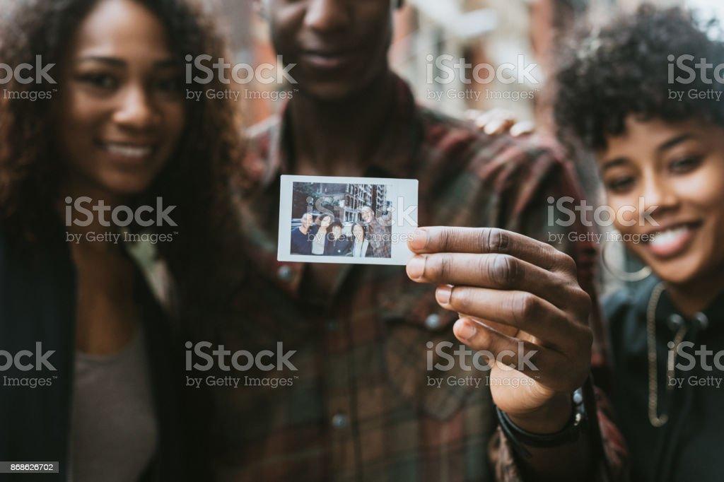 Amigos, curtindo a vida da cidade em Nova York - foto de acervo