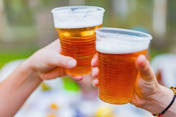 Freunde genießen biert im Hinterhof. – Foto