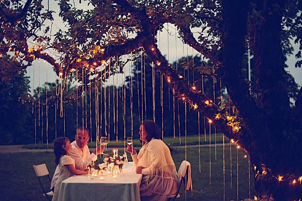 ご友人とご一緒にお楽しみになり、夜のサマーパーティ ストックフォト