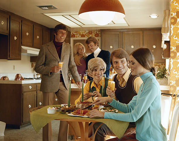 Amigos e desfrutar de comida festa na cozinha - foto de acervo