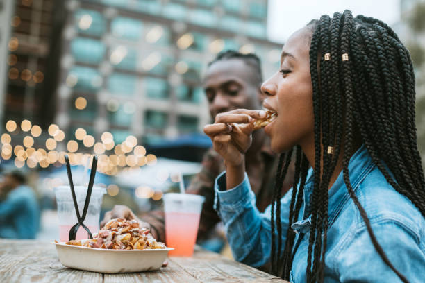 freunde essen lkw-leben in new york - streetfood stock-fotos und bilder