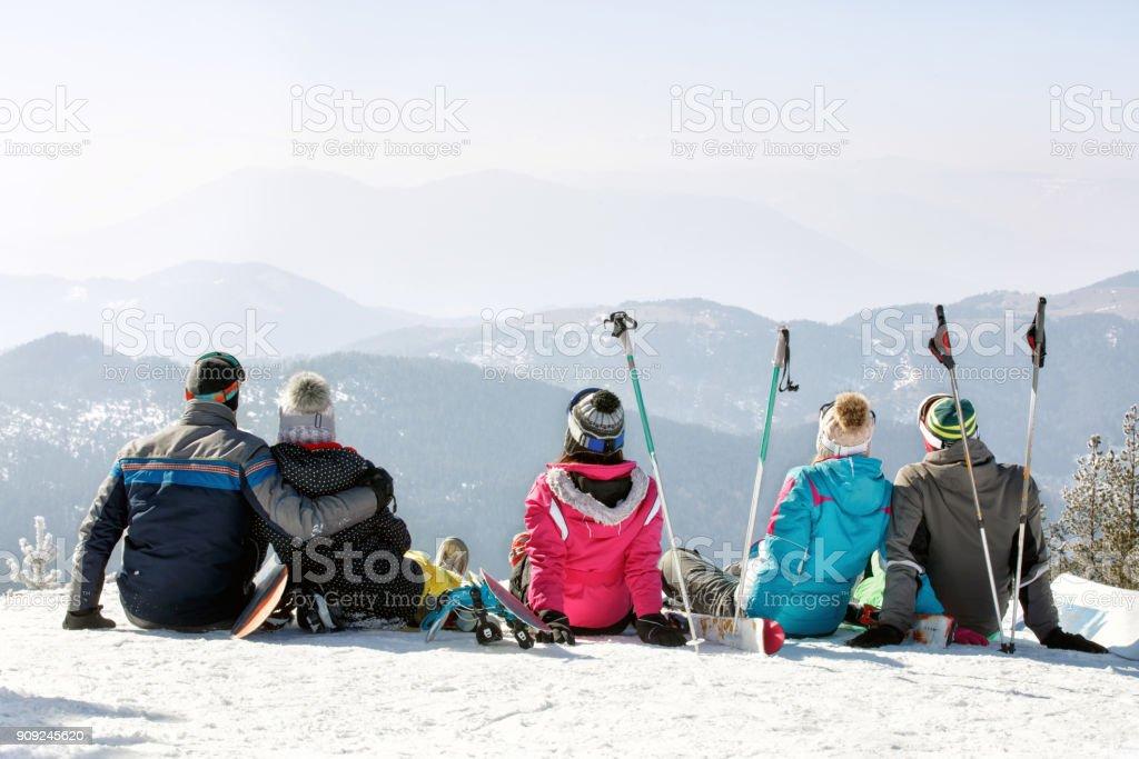 Freunde in der verschneiten Natur genießen – Foto