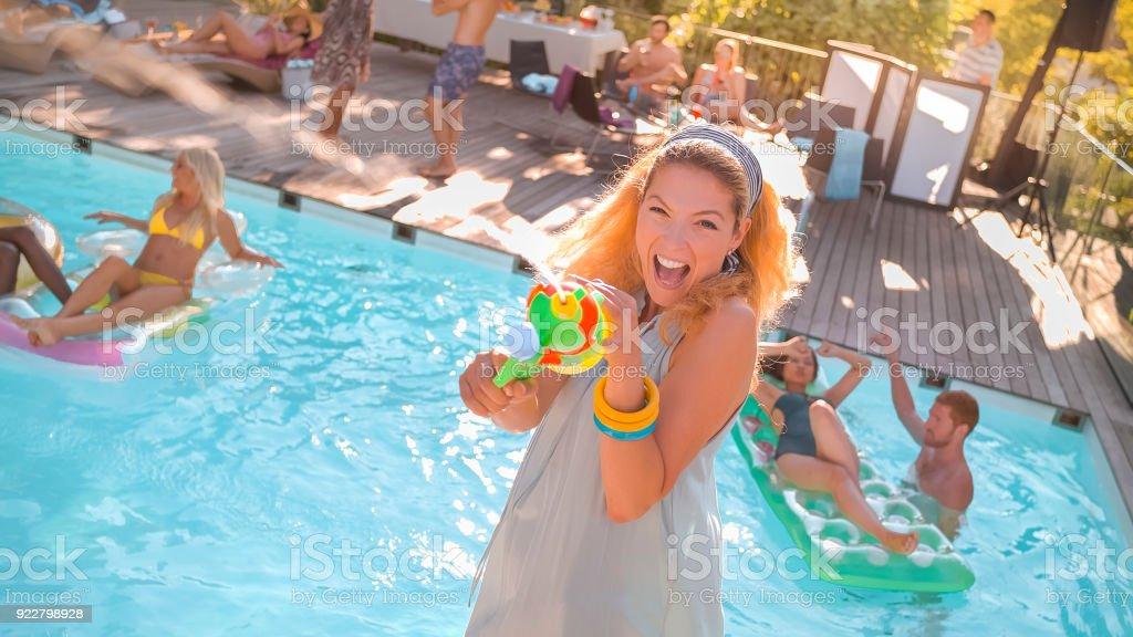 Amigos, aproveitando na piscina - foto de acervo