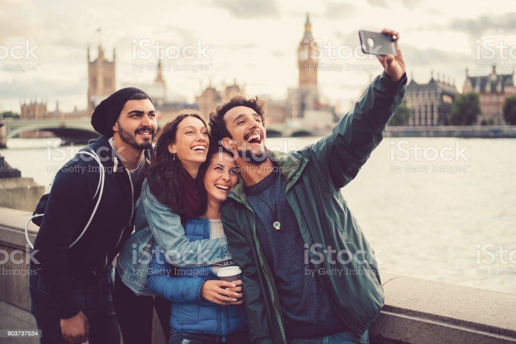 Amigos, desfrutando de Londres juntos - foto de acervo