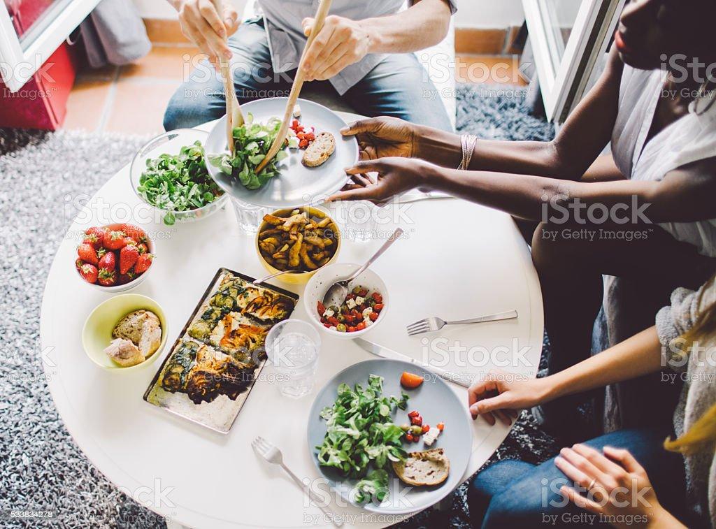 Freunde genießen Mittagessen zu Hause – Foto