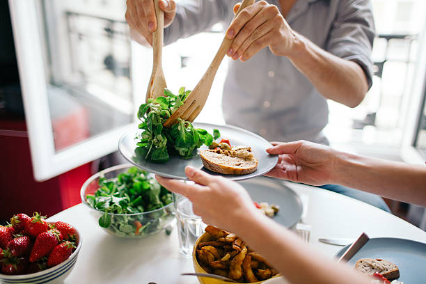 przyjaciół ciesząc się lunchu - jedzenie wegetariańskie zdjęcia i obrazy z banku zdjęć